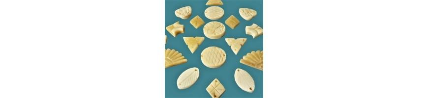 Perles en matière naturelle, os, corne, coquillage..